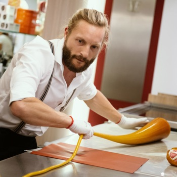 Christian Mayer bei der Zuckerlproduktion in der Zuckerlwerkstatt