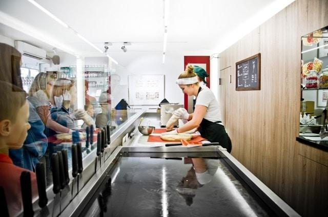 In der Schaumanufaktur der Zuckerlwerkstatt Wien kann bei live bei der Herstelllung der süßen Köstlichkeiten zusehen